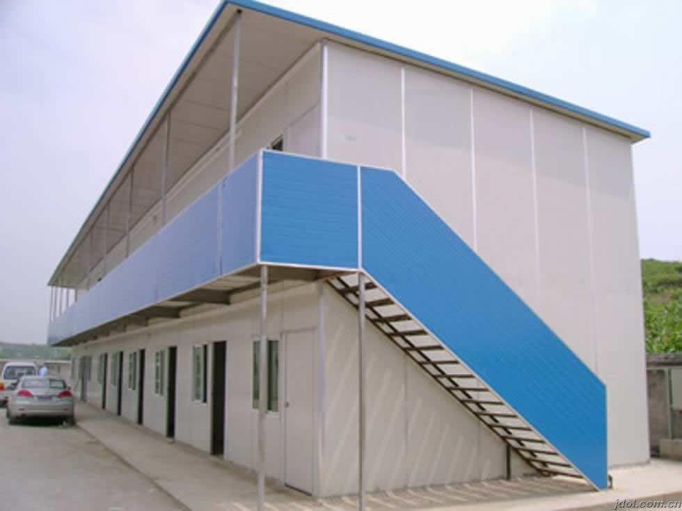 板房是一种以轻钢为骨架,以夹芯板为围护材料,以标准模数系列进行