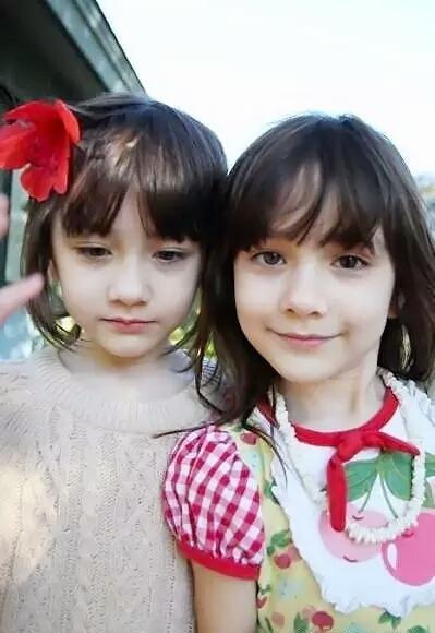 这对外国双胞胎姐妹叫什么名字?好漂亮啊