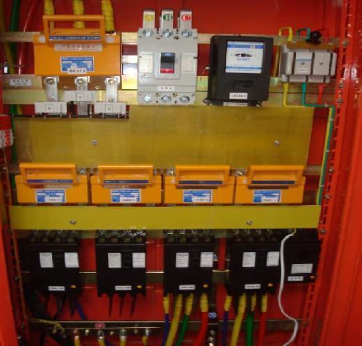 三级配电:配备总配电箱,分配电箱,开关箱三类标准电箱.