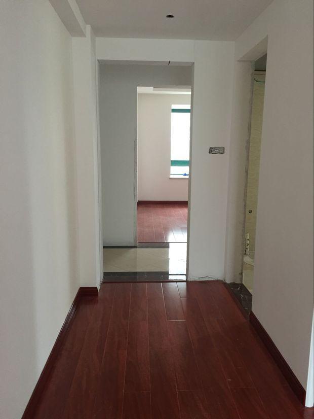 卧室红地板配什么颜色的门?