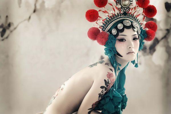 求一套图片 一个女人只是头上戴着京剧花旦的头饰 上身雪白赤裸 胳膊图片