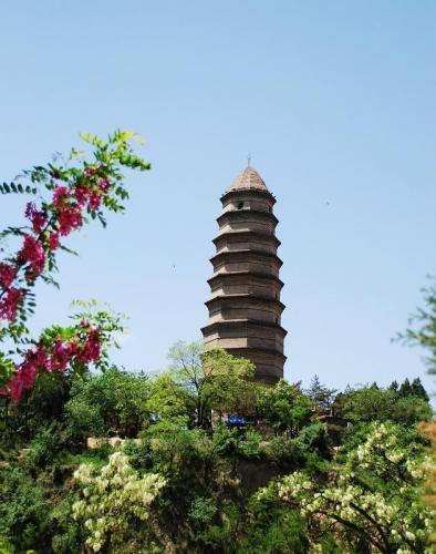 延安宝塔坐落在延安城东南侧延河岸边的嘉岭山上