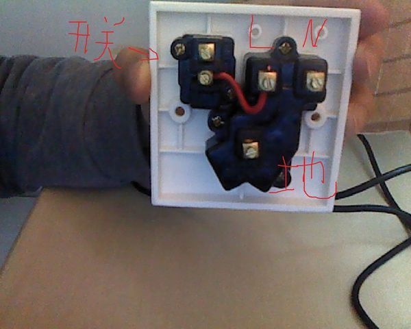 中兴 一开五孔插座怎么接线?在线等!开关要控制电灯